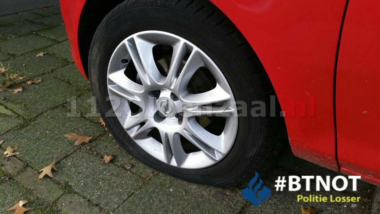 Foto: Van minimaal 18 auto's banden lek gestoken in Losser