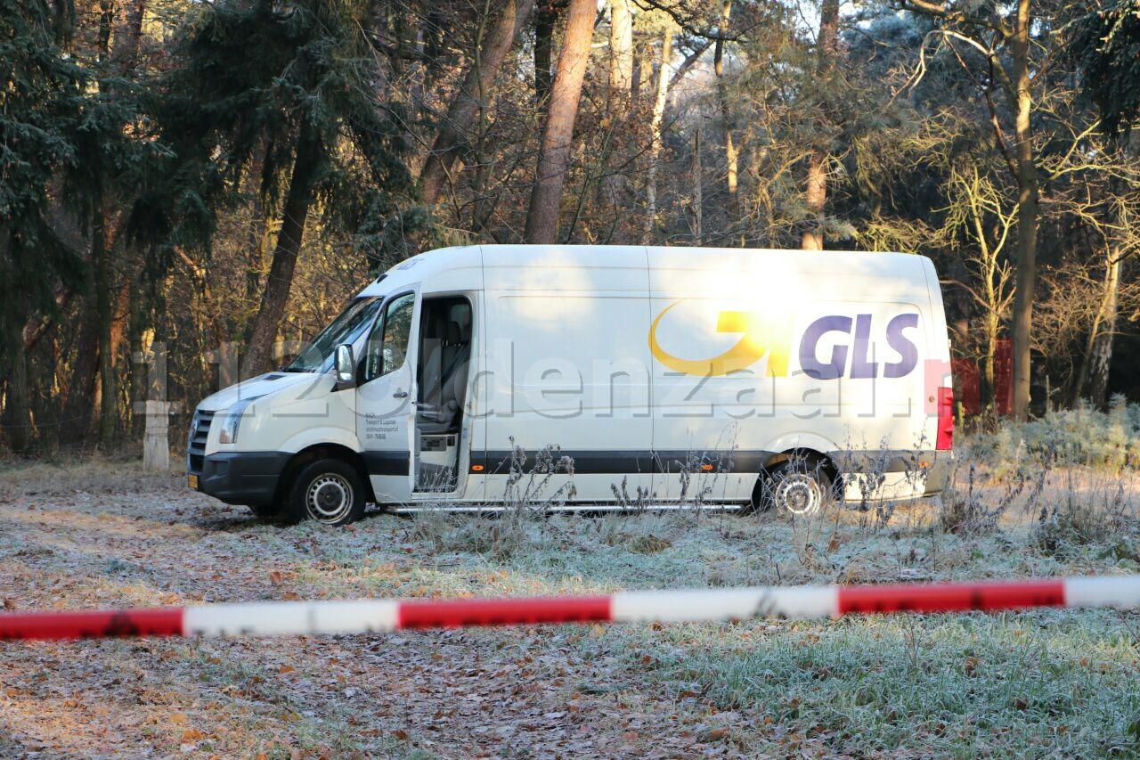 Foto: Busje van transportbedrijf overvallen in Enschede, bestuurder wordt wakker in bos