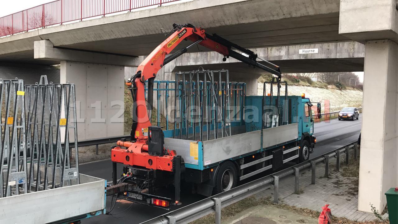 Foto: Vrachtwagen vast onder viaduct in Oldenzaal, verkeer stilgelegd