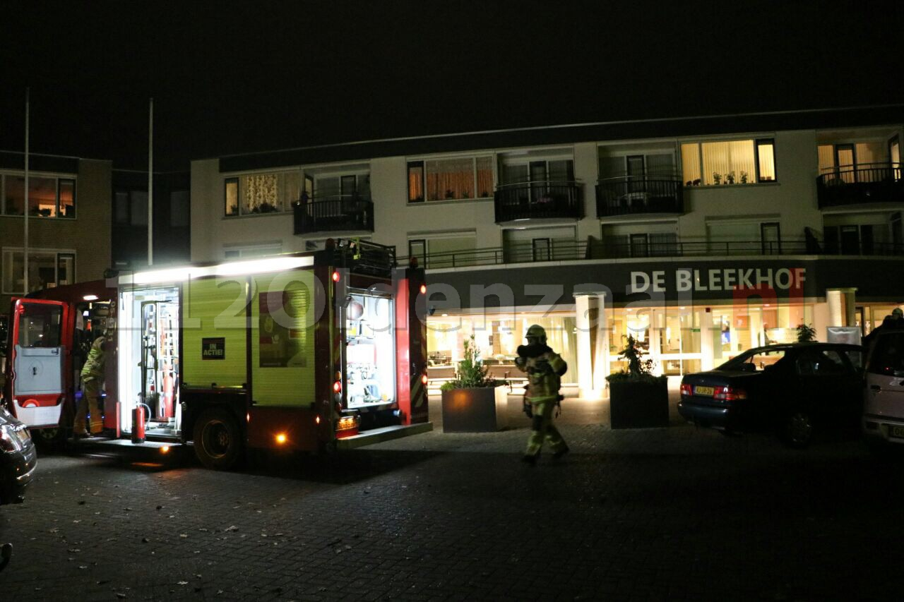 Foto: Persoon ademt rook in na brand Livio Enschede