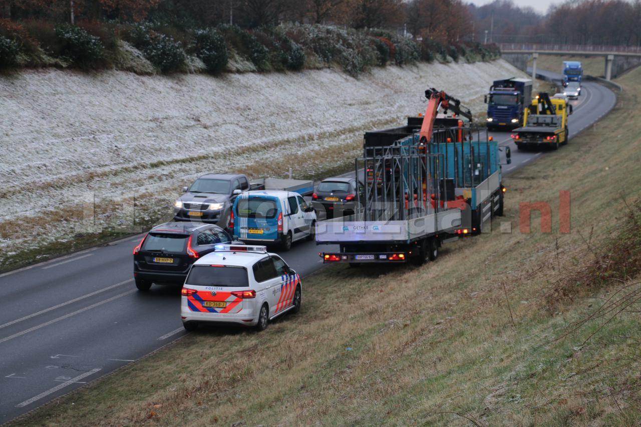 Foto 2: Vrachtwagen vast onder viaduct in Oldenzaal, verkeer stilgelegd