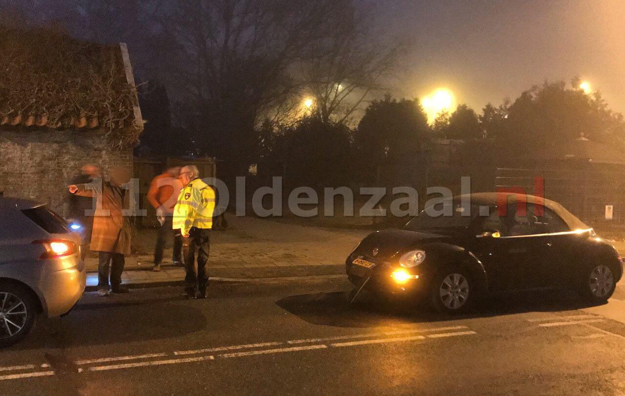 Foto: Schade bij aanrijding tussen twee auto's in Oldenzaal