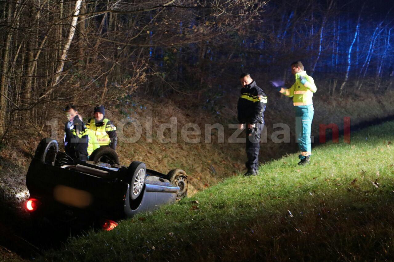 Foto: Auto op de kop Oostweg Enschede, twee gewonden