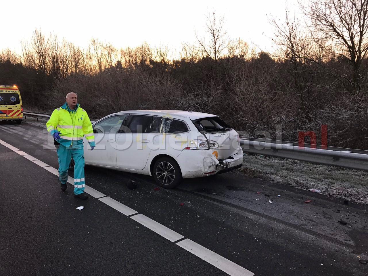Foto 4: Opnieuw ongeval A1 Oldenzaal, auto op de kant, snelweg dicht