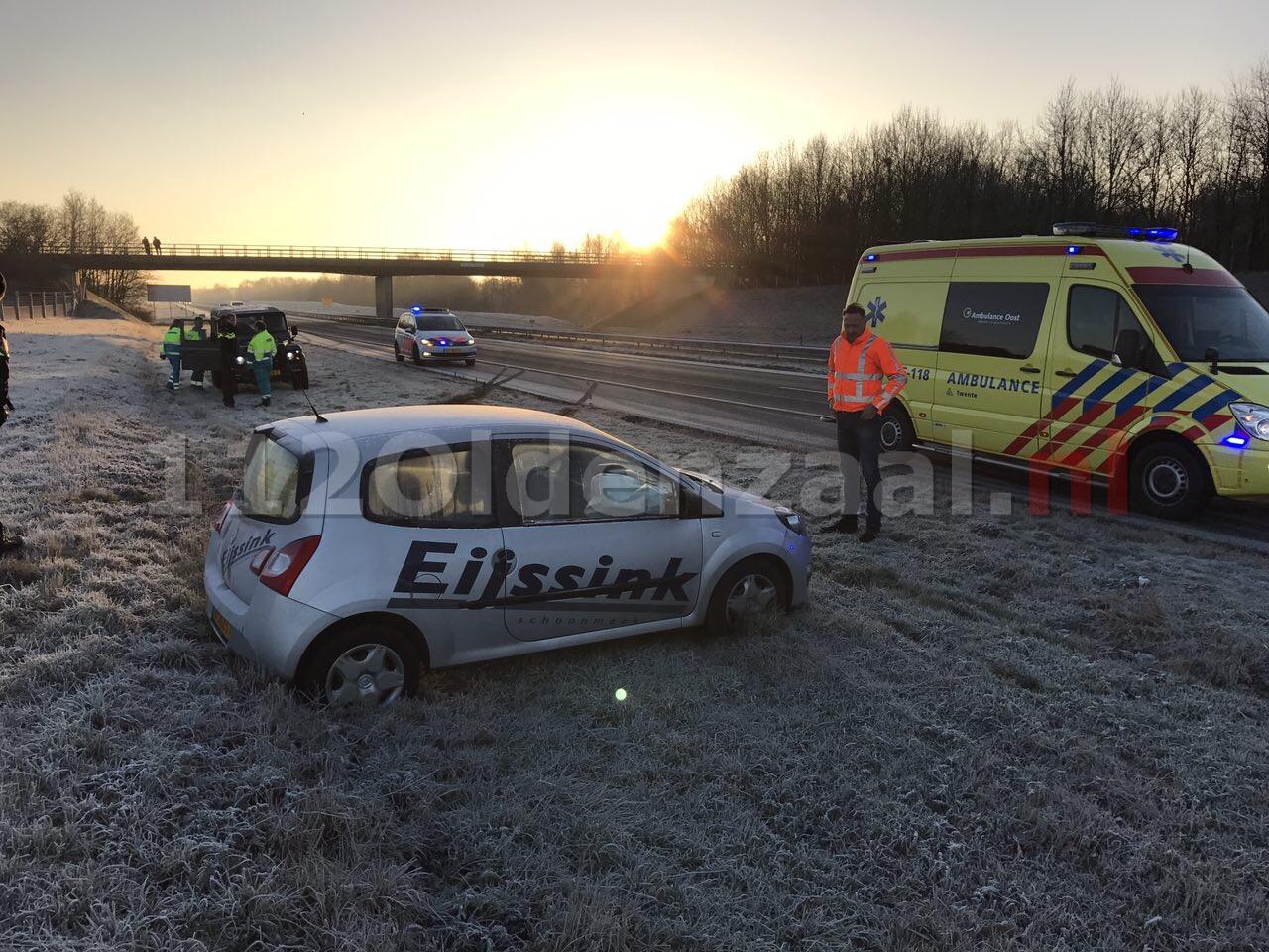 Foto: Chaos op A1 bij Oldenzaal door gladheid; auto belandt in sloot