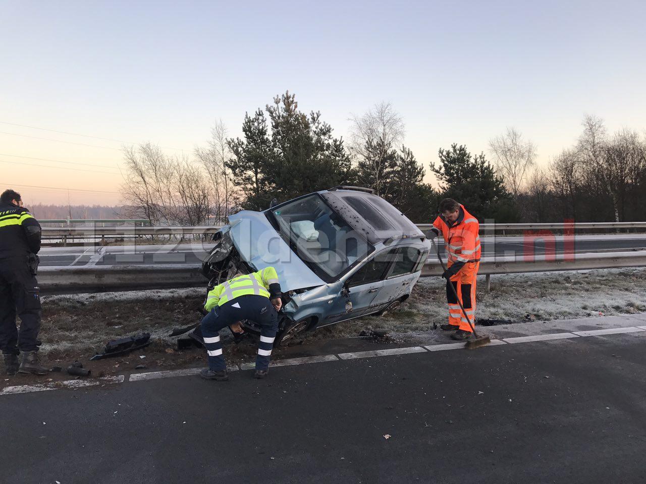 Foto 2: Opnieuw ongeval A1 Oldenzaal, auto op de kant, snelweg dicht
