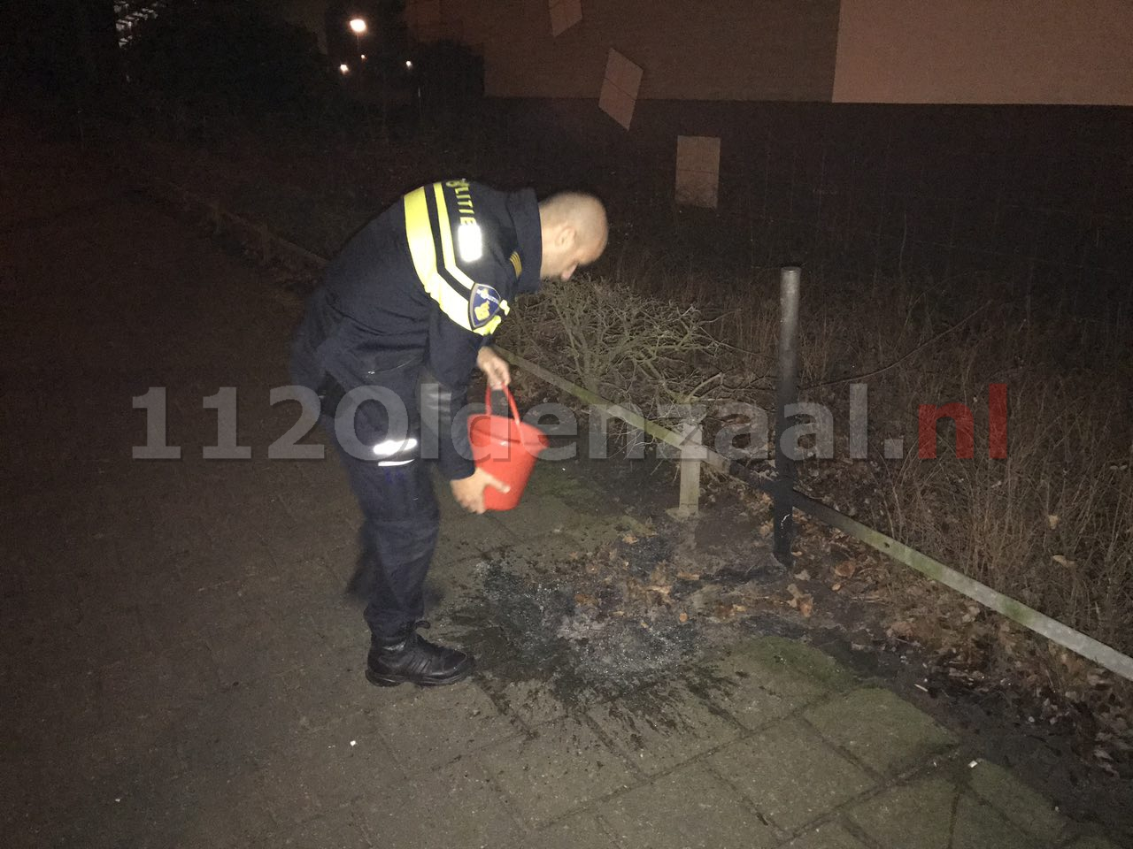 Foto 2: Politie blust brand vuilnisbak Oldenzaal