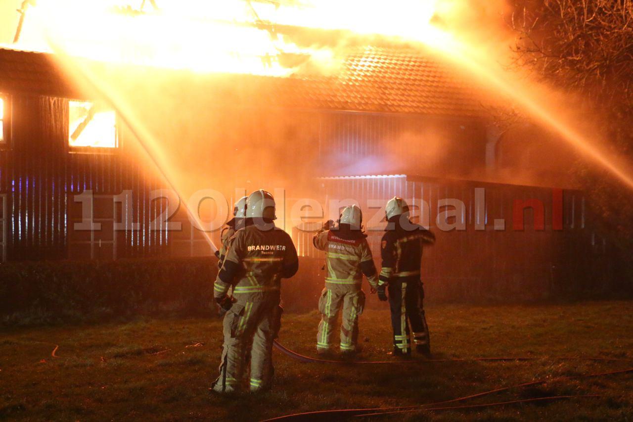 Foto 3: Bewoner naar ziekenhuis bij grote brand in Denekamp