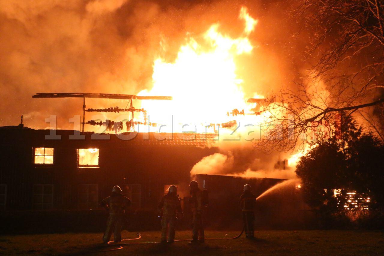 Video 2: Bewoner naar ziekenhuis bij grote brand in Denekamp
