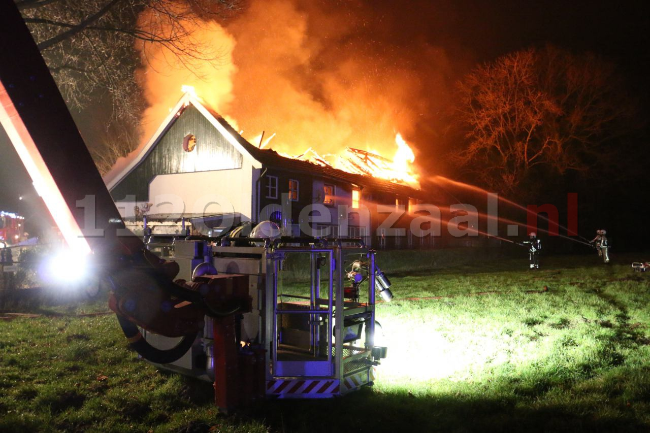 Foto 4: Bewoner naar ziekenhuis bij grote brand in Denekamp
