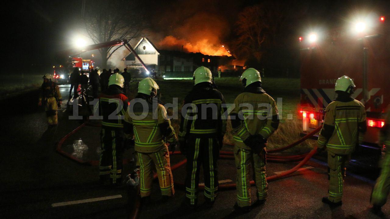 Video: Bewoner naar ziekenhuis bij grote brand in Denekamp