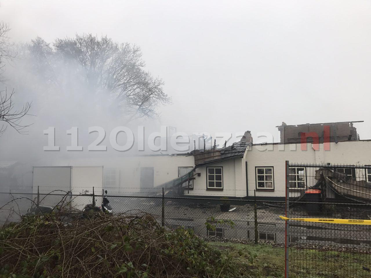 Foto 2: Grote brand woonboerderij Denekamp; Ravage goed zichtbaar bij daglicht