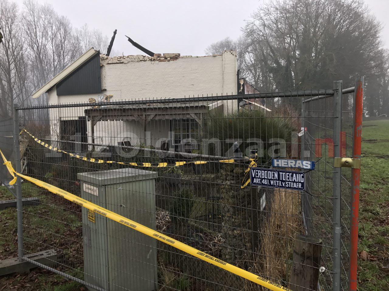 Foto 3: Grote brand woonboerderij Denekamp; Ravage goed zichtbaar bij daglicht
