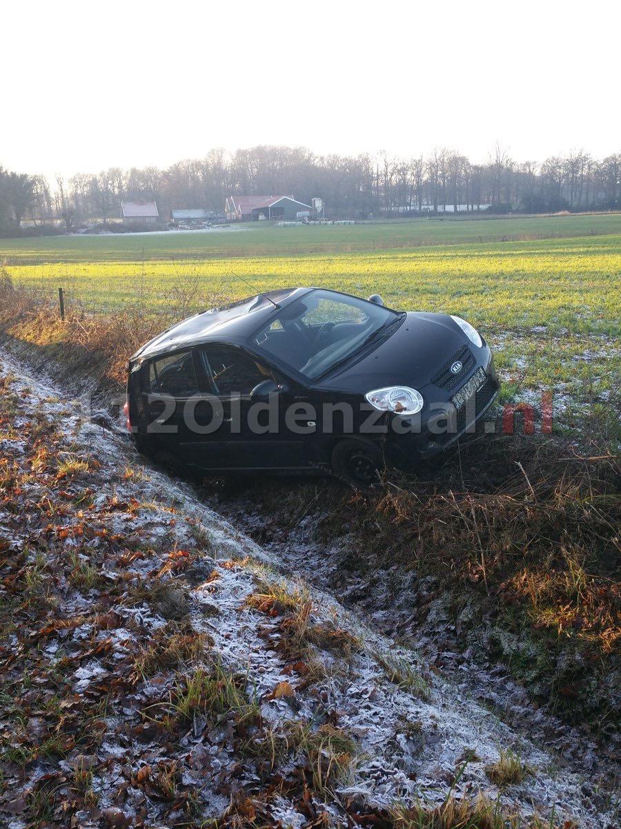 Foto: Auto in sloot De Lutte, bestuurster ongedeerd
