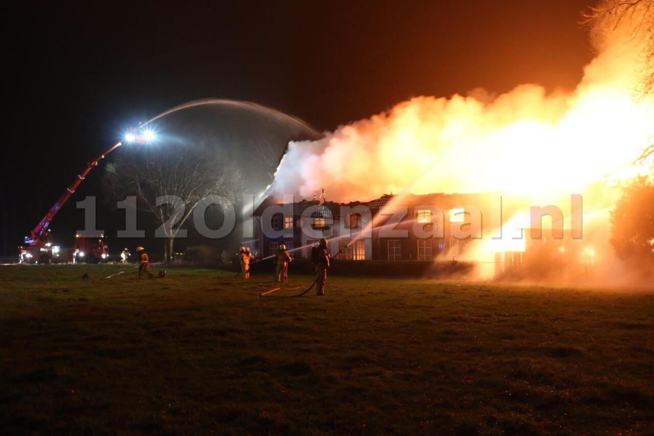UPDATE: Bewoner naar ziekenhuis bij grote brand in Denekamp