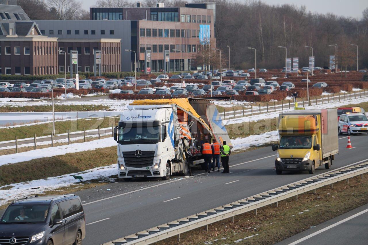 Foto 2: Vrachtwagen loopt schade op bij ongeval op de A1 bij Oldenzaal