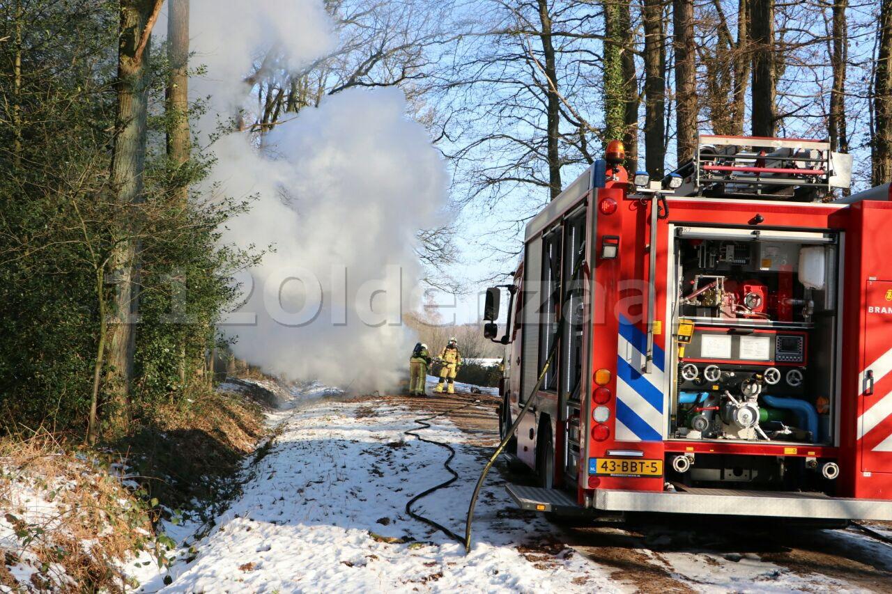 Foto: Auto vliegt in brand tijdens rijden tussen Losser en Enschede