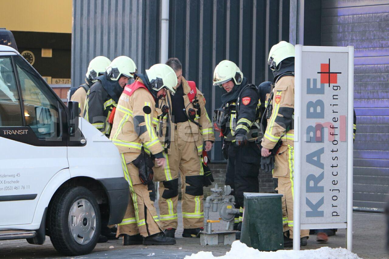 Foto: Auto rijdt tegen gaskastje in Enschede, brandweer opgeroepen