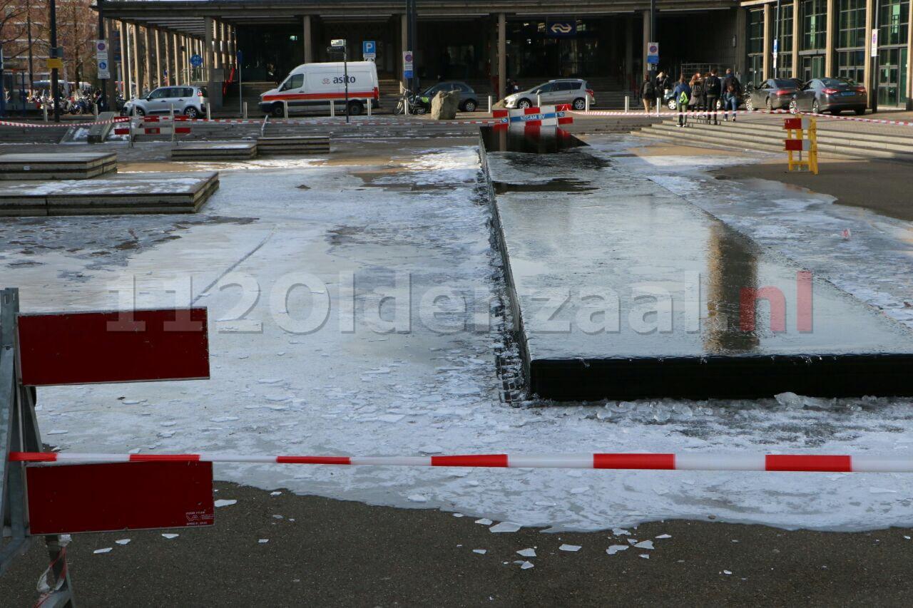 Foto: Deel Stationsplein Enschede afgezet wegens gladheid
