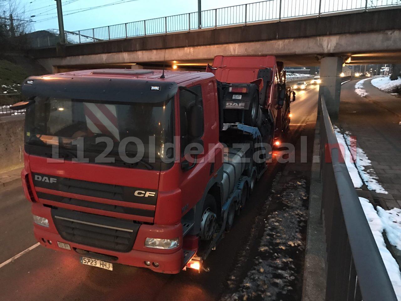 Foto: Te hoge vrachtwagencombinatie zorgt voor korte opstopping in Oldenzaal