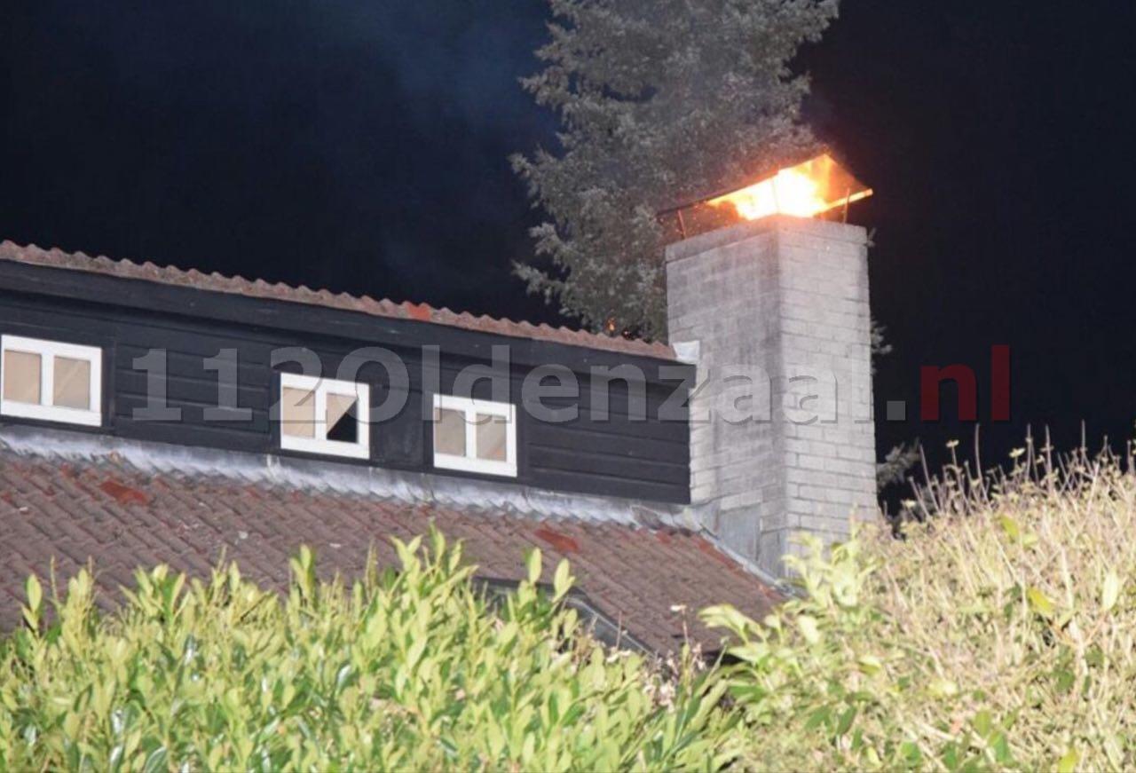 Foto: Brandweer blust uitslaande schoorsteenbrand in Hengelo