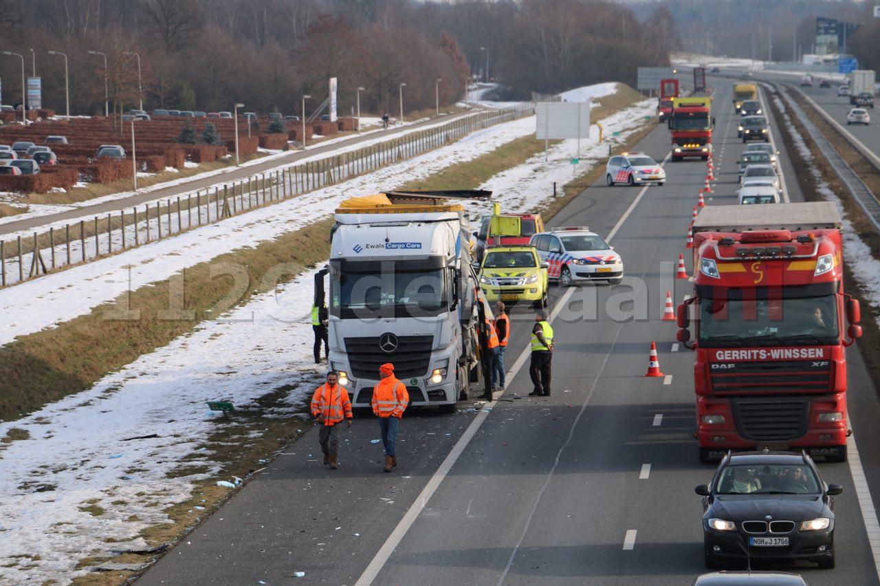 Foto 3: Vrachtwagen loopt schade op bij ongeval op de A1 bij Oldenzaal