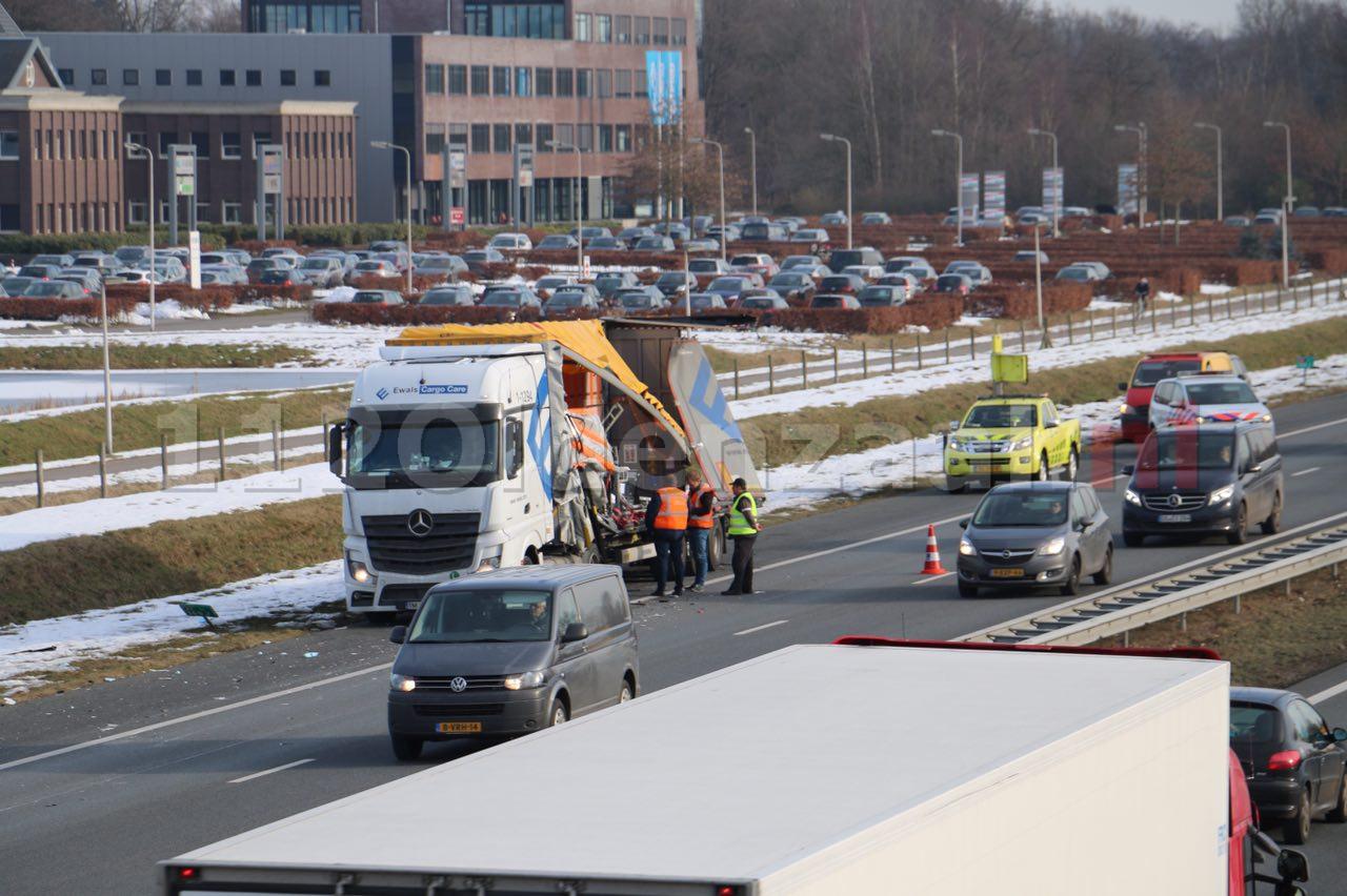 Video: Vrachtwagens lopen flinke schade op bij ongeval op de A1 bij Oldenzaal