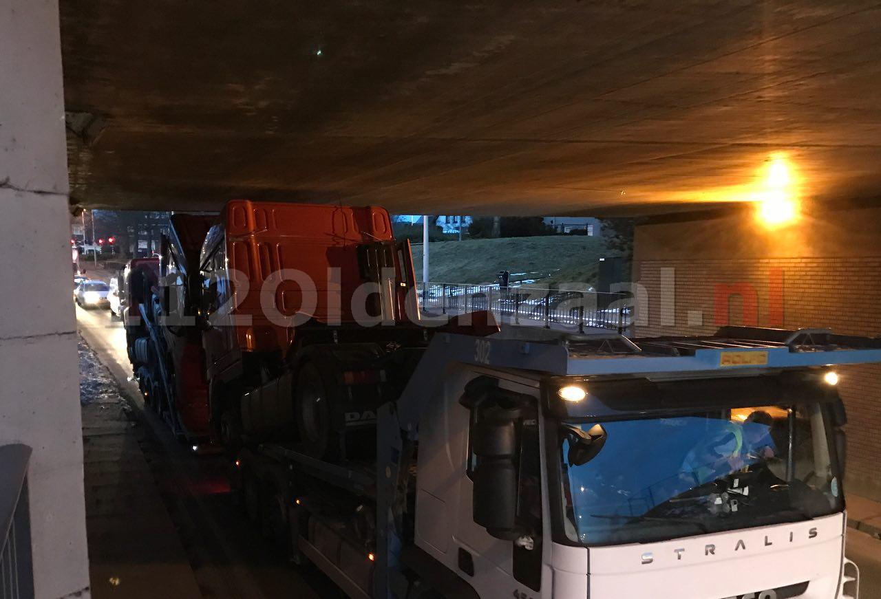 Foto 2: Te hoge vrachtwagencombinatie zorgt voor korte opstopping in Oldenzaal