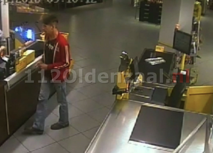 Video: Politie brengt beelden naar buiten om man die handtas dumpt in Oldenzaal op te sporen.