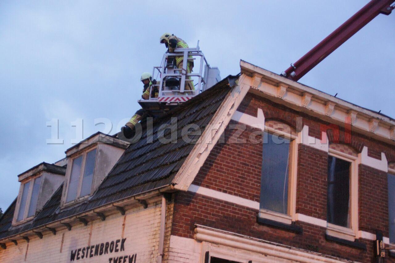 Foto: Dakpanelen laten los van slooppand Oldenzaal; weg tijdelijk afgesloten
