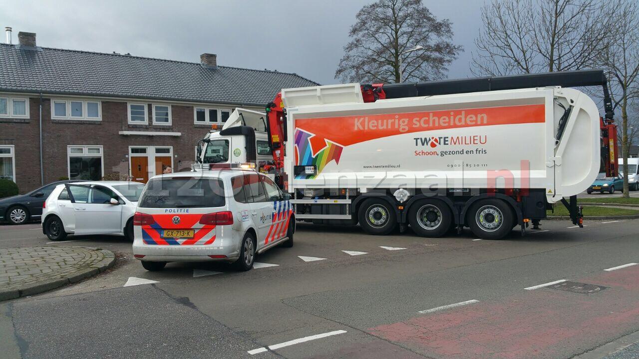 Foto: Flinke schade bij aanrijding met vuilniswagen in Enschede