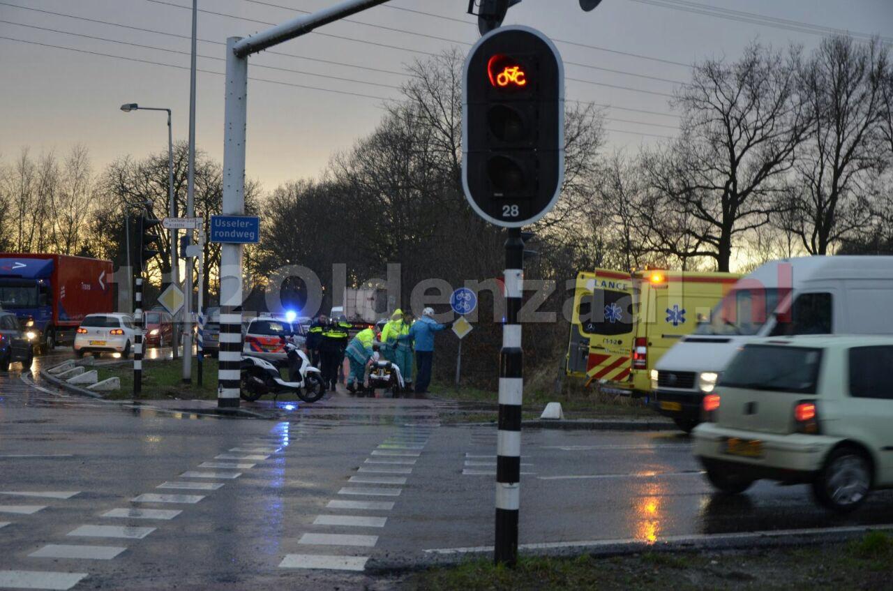 Foto: Bestuurder scooter gewond bij aanrijding in Enschede