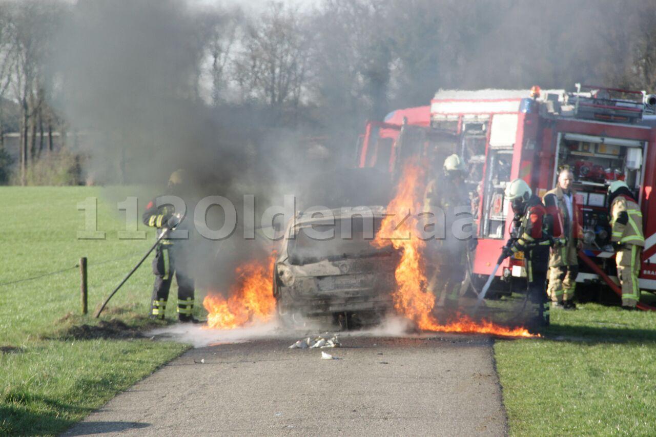 Foto: Autobrand Gammelkerstraat Deurningen, auto volledig verwoest