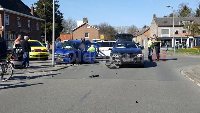 Foto 2: Bestuurder bekneld bij aanrijding in Enschede