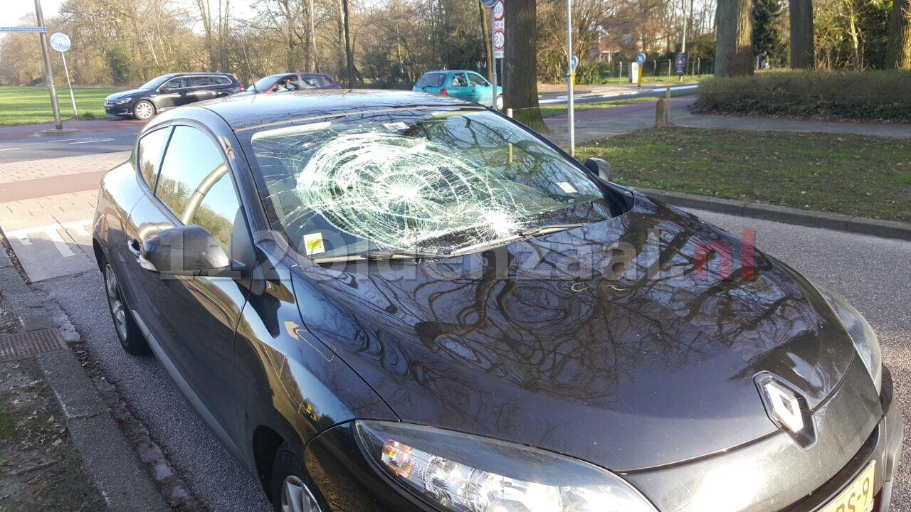 Foto: Fietsster na aanrijding met auto in Enschede lichtgewond