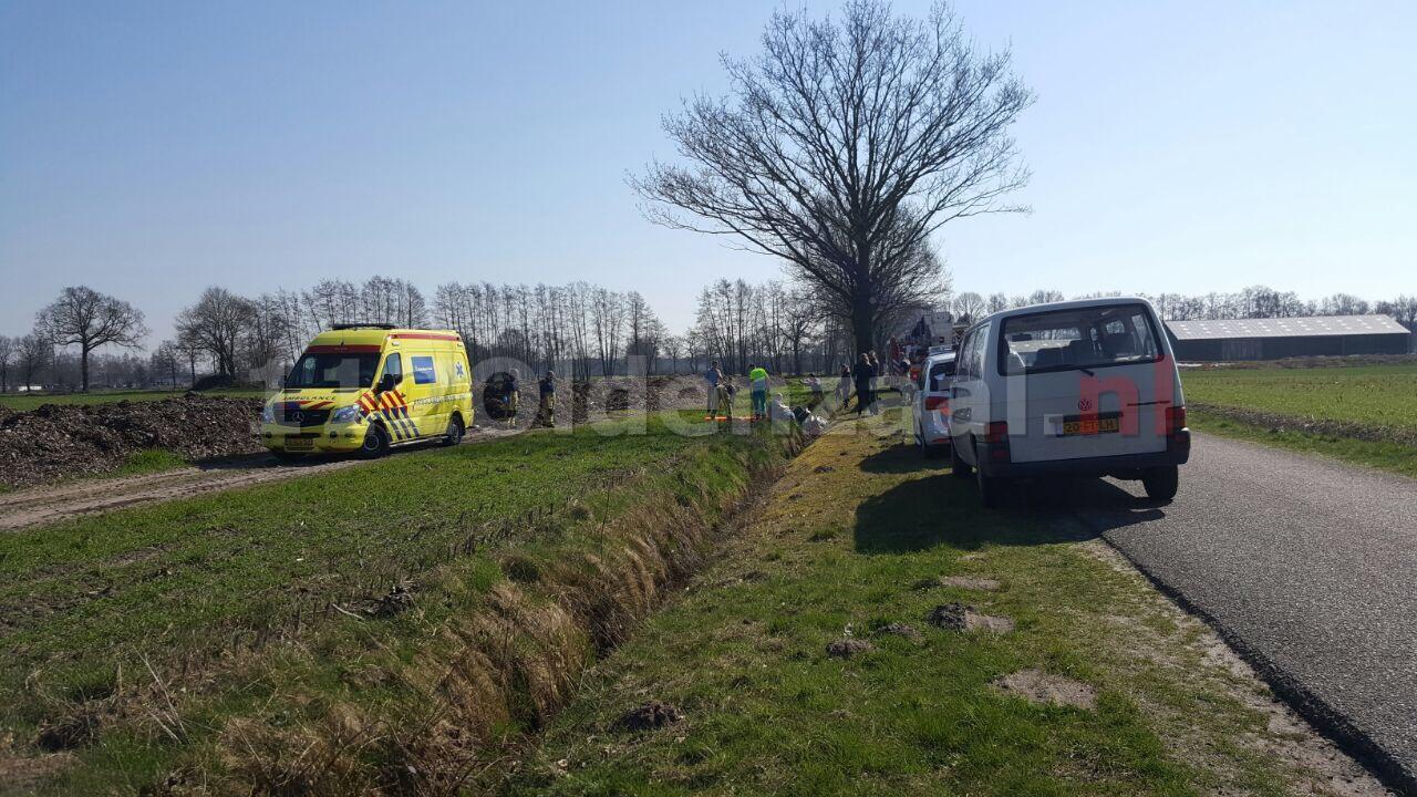Brandweer haalt man met scootmobiel uit de sloot in Enschede