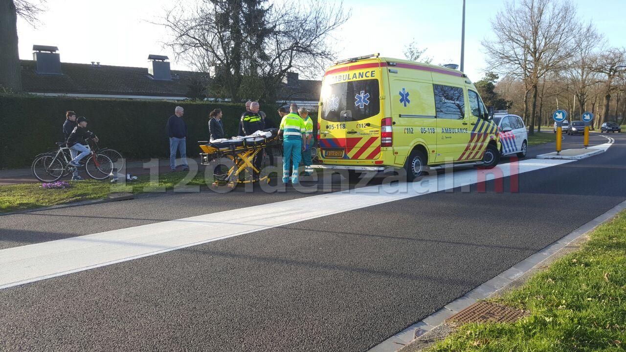 Foto 2: Fietsster na aanrijding met auto in Enschede lichtgewond