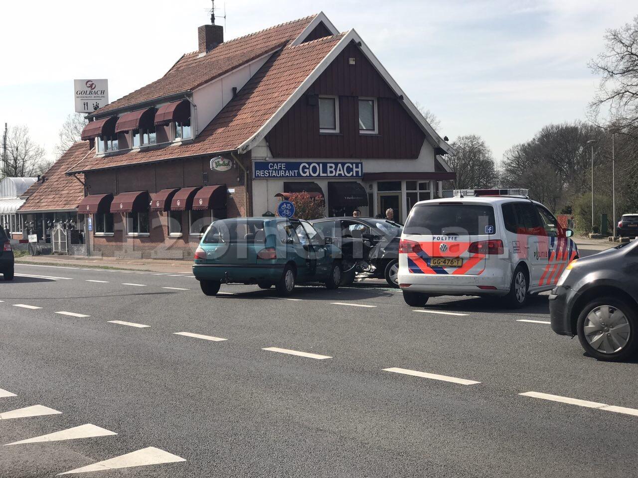 Foto: Schade bij aanrijding tussen Oldenzaal en Hengelo