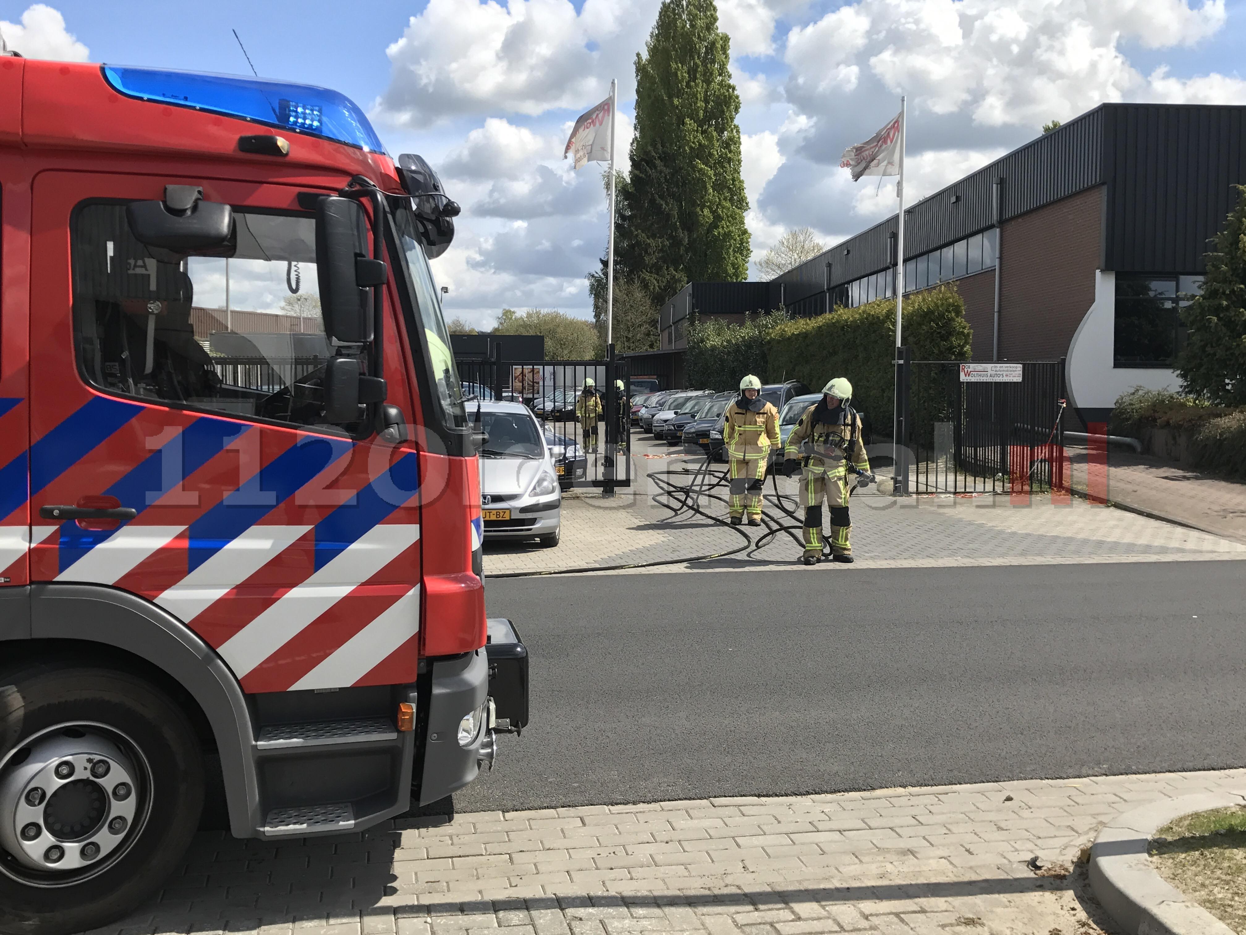 Foto 2: Brandweer opgeroepen voor nabluswerkzaamheden bij autobedrijf in Oldenzaal