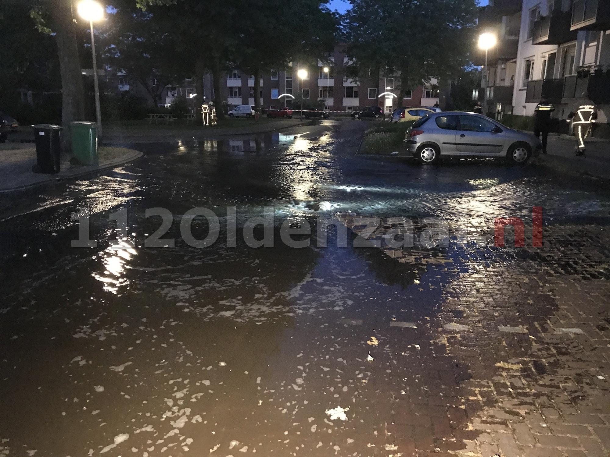 Foto 2: Breuk in waterleiding Tichelstraat Oldenzaal; straat afgezet, huishoudens zonder water