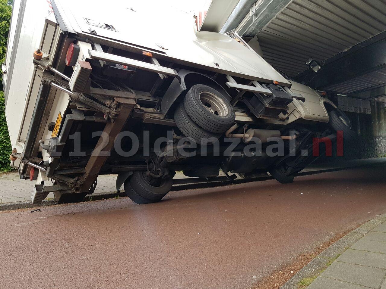Video: Vrachtwagen ramt spoorbrug in Hengelo; treinverkeer stilgelegd