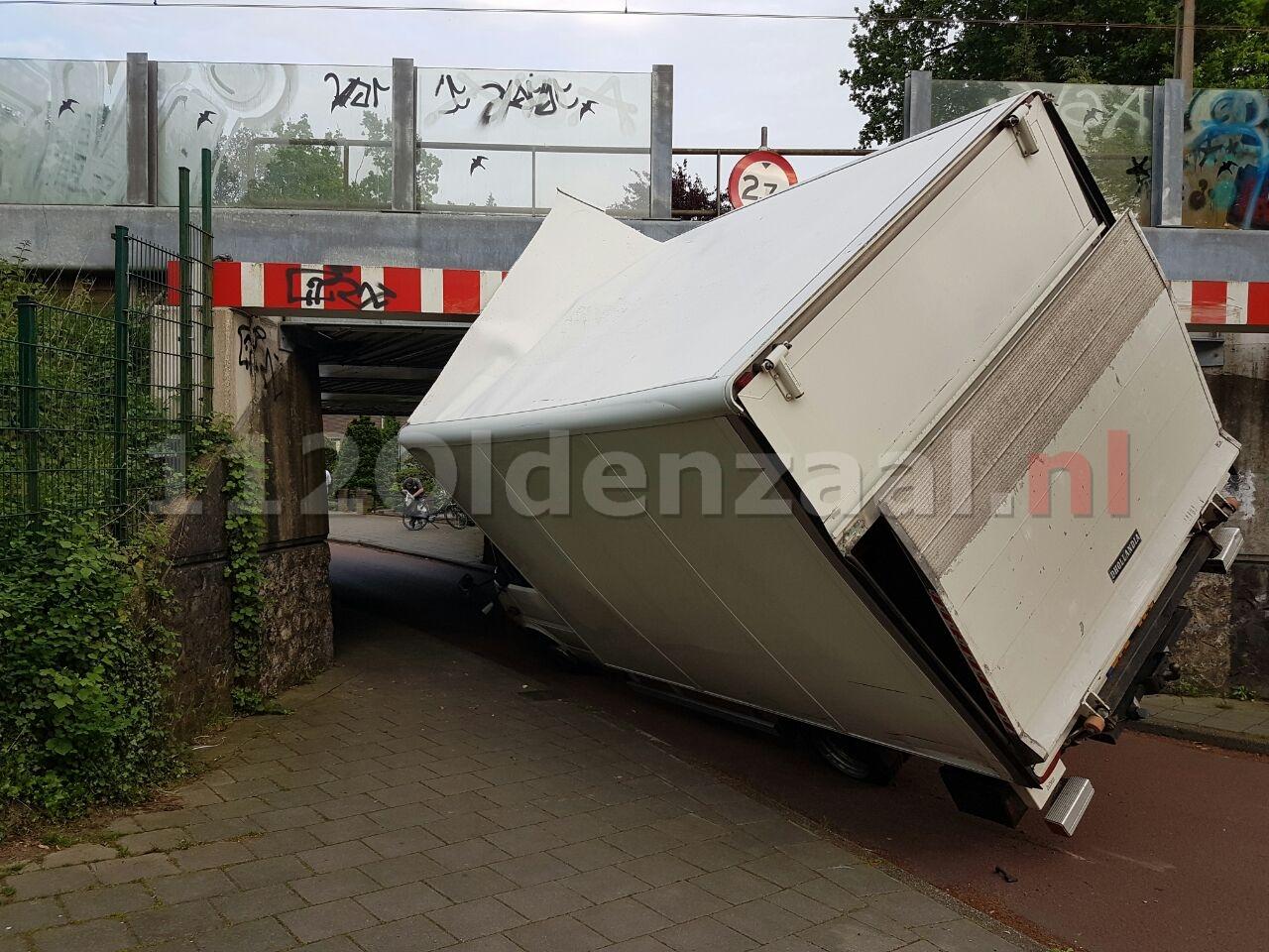foto 2: Vrachtwagen ramt spoorbrug in Hengelo; treinverkeer stilgelegd
