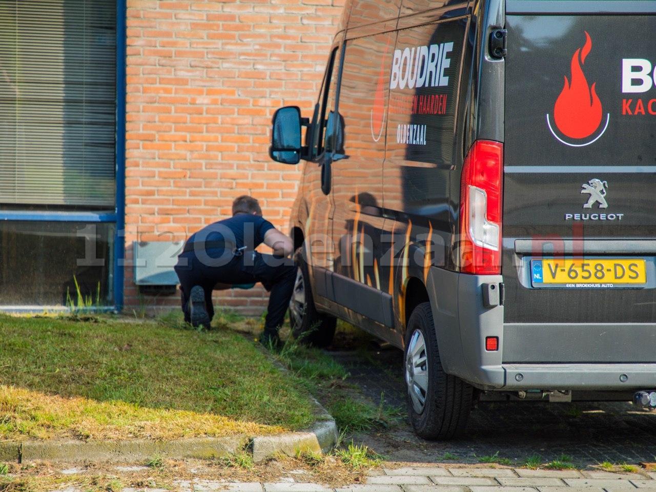 Foto 2: Forensische opsporing doet onderzoek na autobrand in Oldenzaal