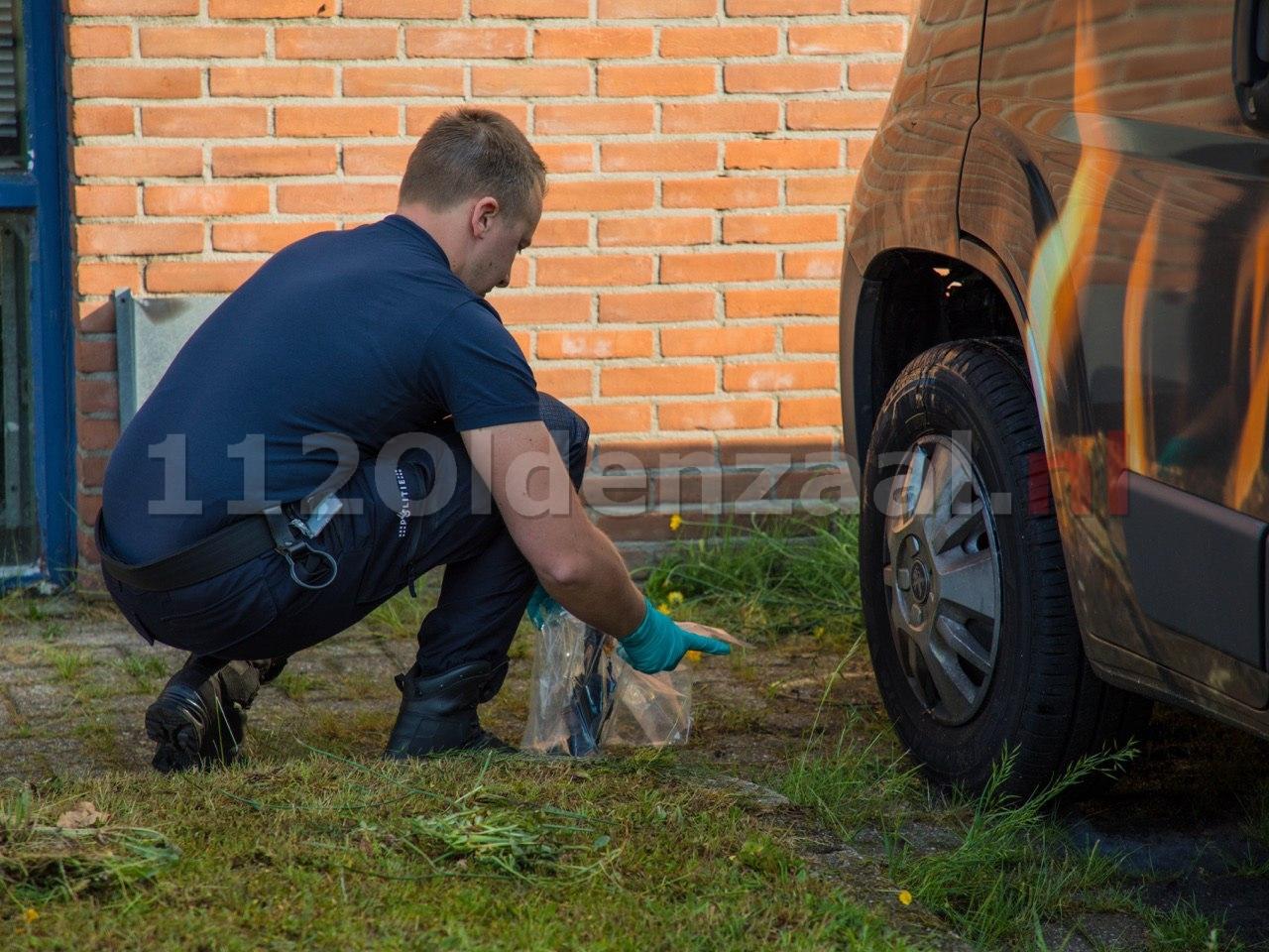 Foto 3: Forensische opsporing doet onderzoek na autobrand in Oldenzaal