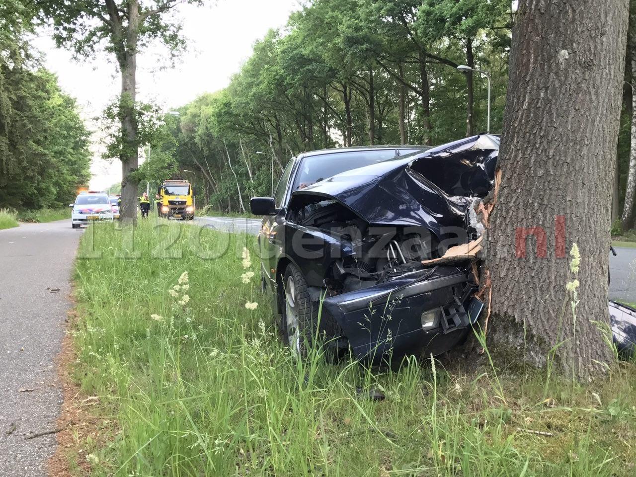 UPDATE: Gewonde bij ongeval tussen Oldenzaal en Losser; auto rijdt tegen boom