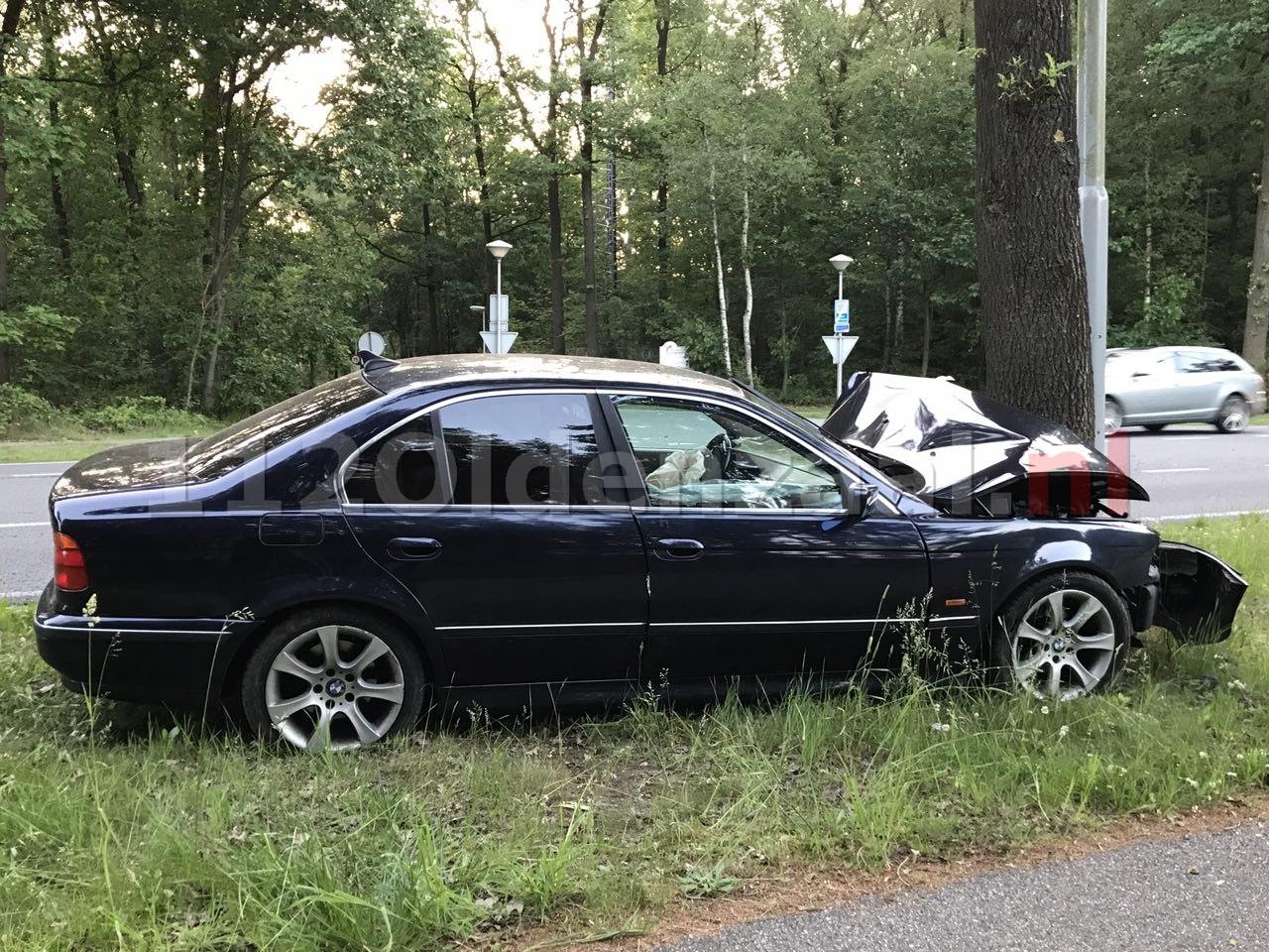 Foto 3: Gewonde bij ongeval tussen Oldenzaal en Losser; auto rijdt tegen boom