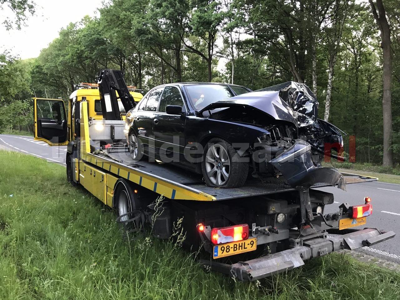 Foto 4: Gewonde bij ongeval tussen Oldenzaal en Losser; auto rijdt tegen boom