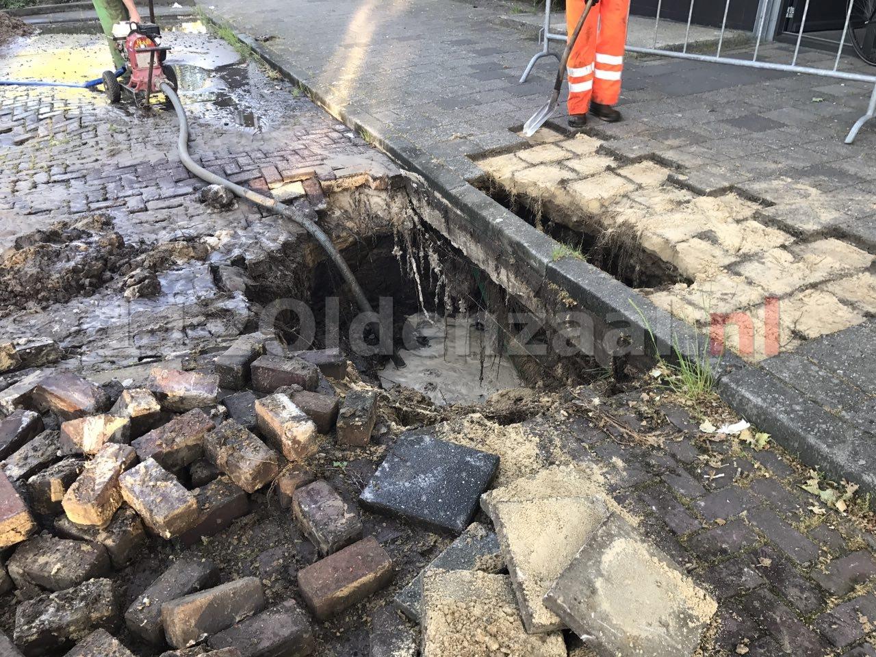 Foto 4: Breuk in waterleiding Tichelstraat Oldenzaal; straat afgezet, huishoudens zonder water