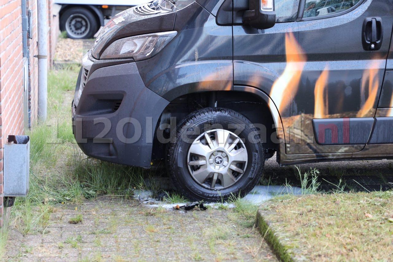 Foto 2: Politie doet onderzoek naar autobrand Thorbeckestraat Oldenzaal