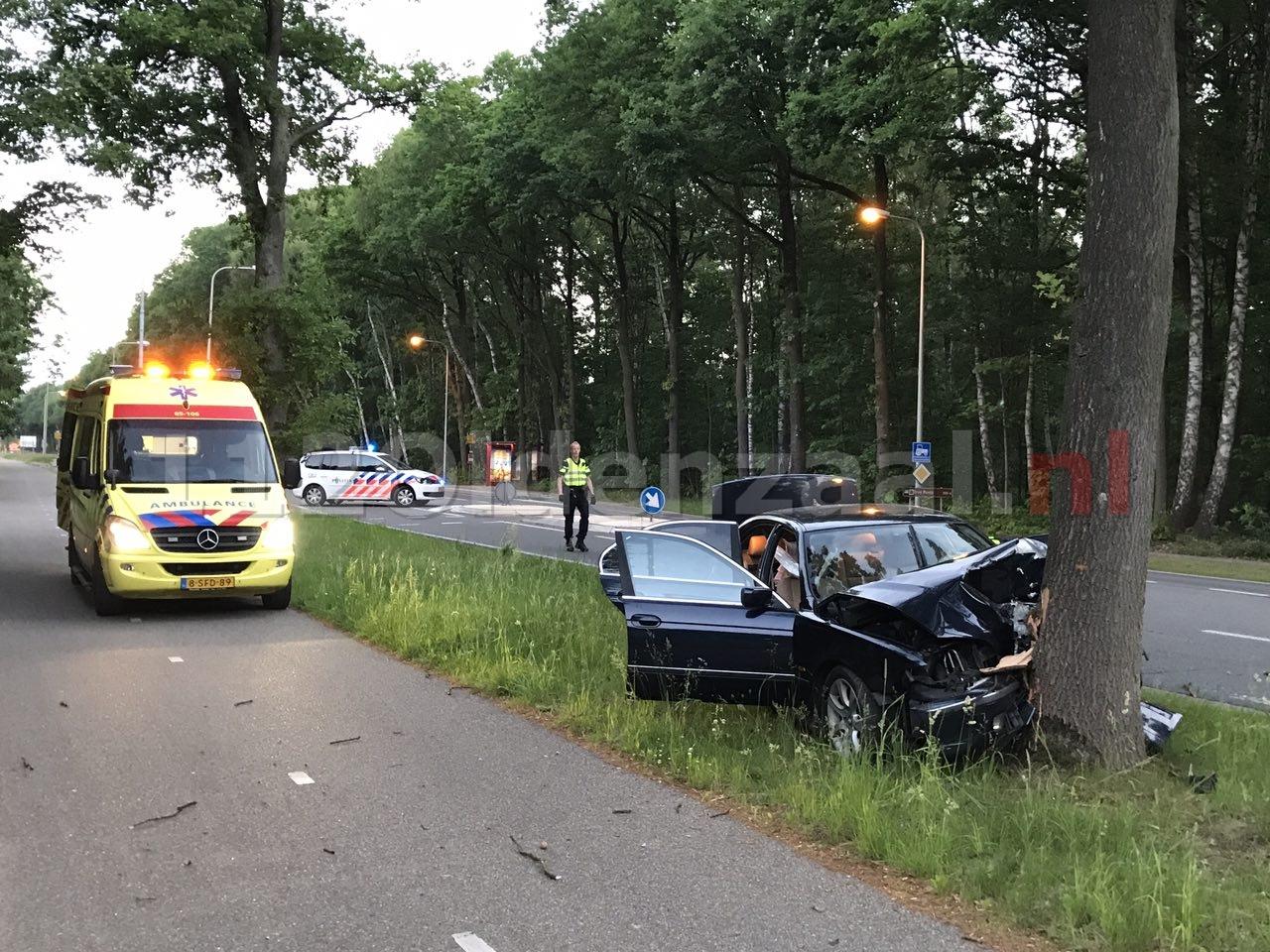 Gewonde bij ongeval tussen Oldenzaal en Losser; auto rijdt tegen boom